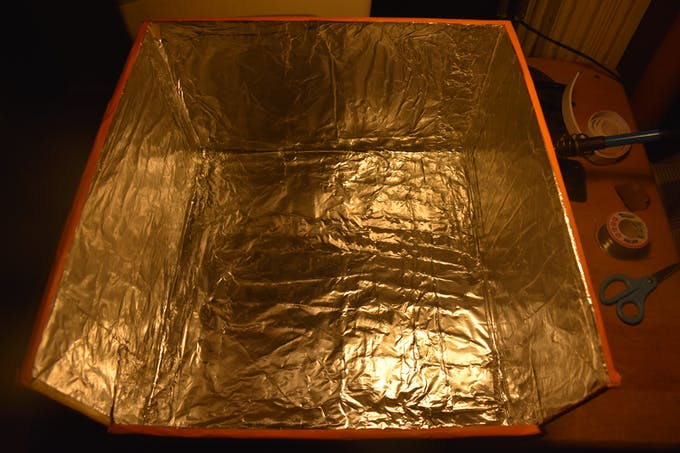 The inside of BrillBox is lined with aluminum foil, a materical that can reflect UV rays.