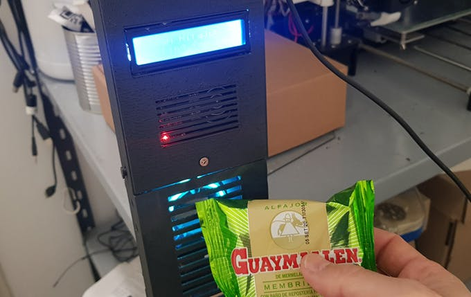 Clean Alfajor, Arduino based candy dispenser with UV lamp