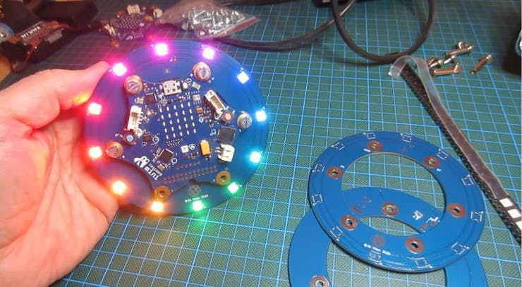 WS2812b LEDs lassen sich mit etwas Geschick noch normal l?ten.