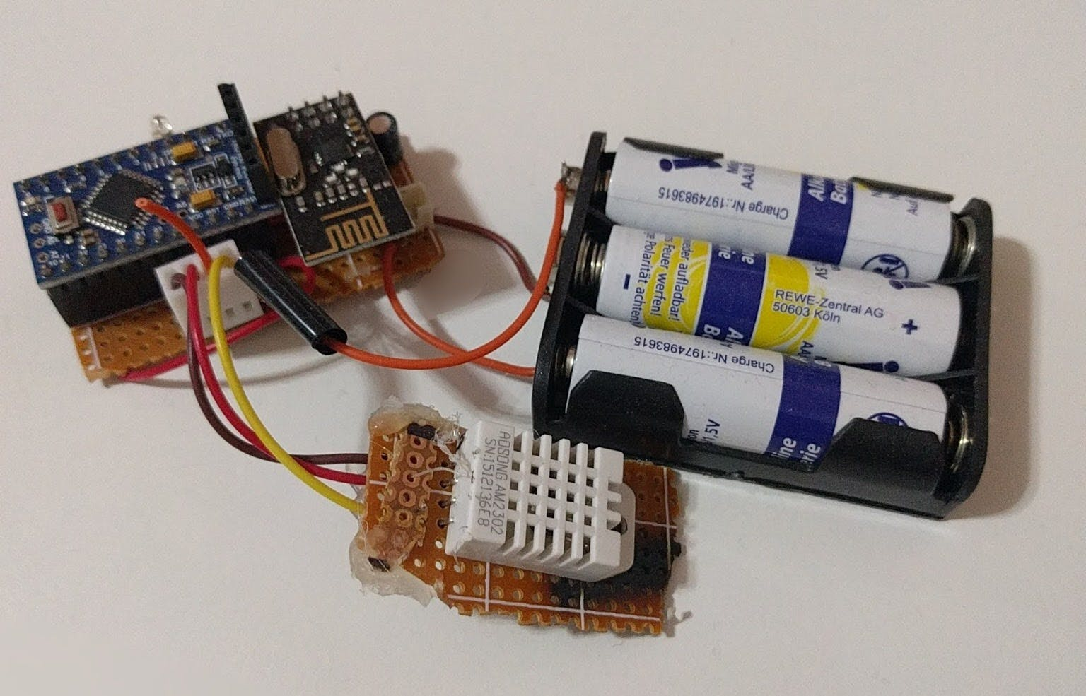 Battery powered DHT22 Sensor Node, measures Temperature, Humidity and Battery level.