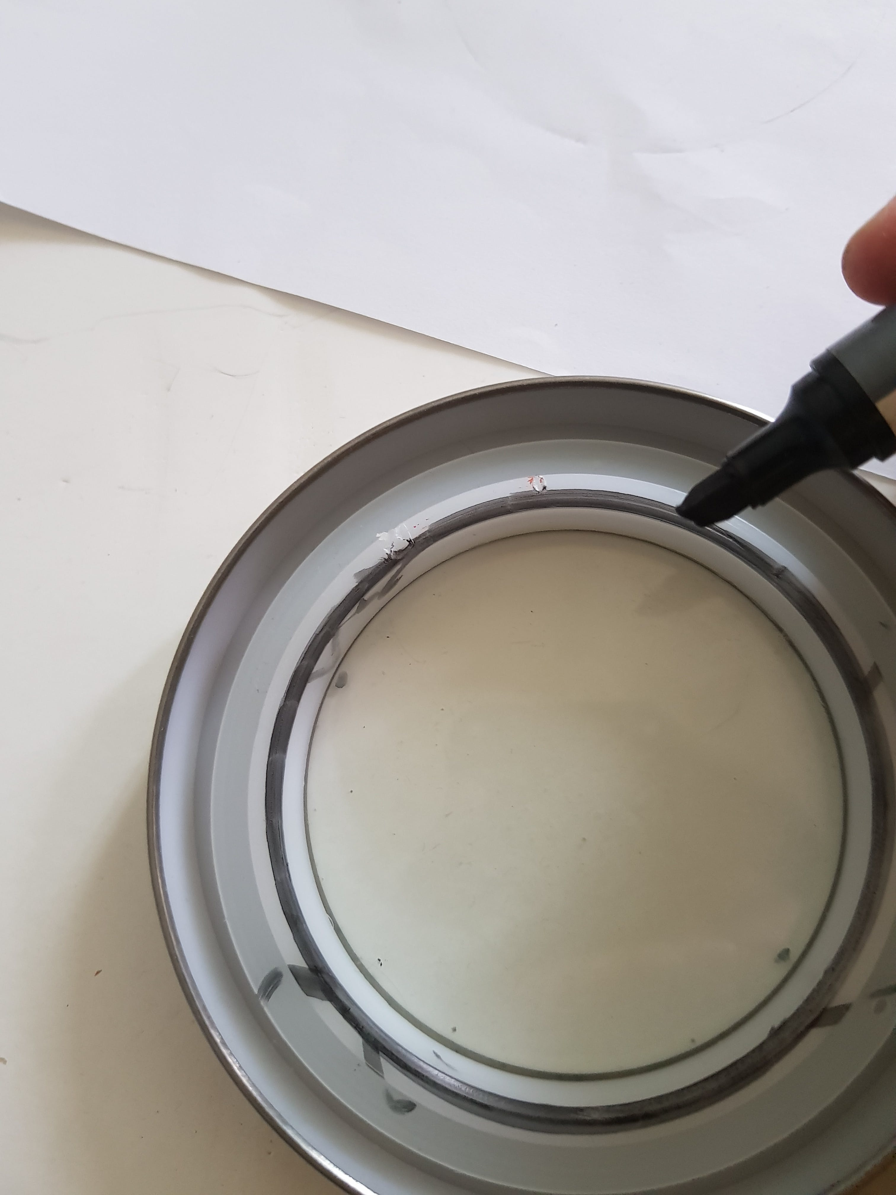 Marking the surrounding of the interior jar lid with wet marker
