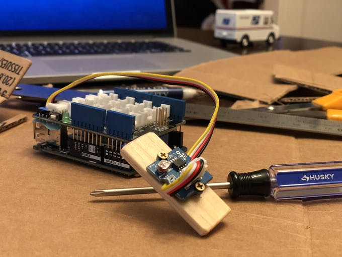 This is the sensor screwed to the wooden stick. Again the blue screw driver is clearly visible in this picture