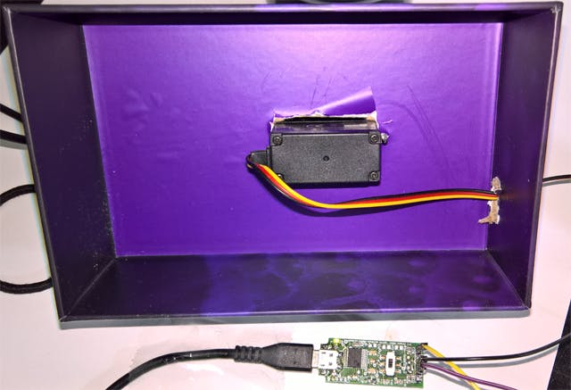 Edge:Bit connected Servo mounted in Walabot packaging