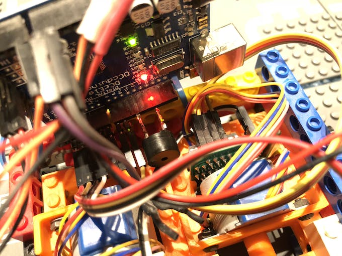A bit sloppy wiring, but who cares as long as it works. Note the convenient mounting of the buzzer between D11 and GND.