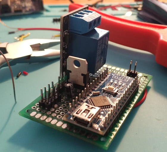 7805 Voltage regulator with Capacitors.