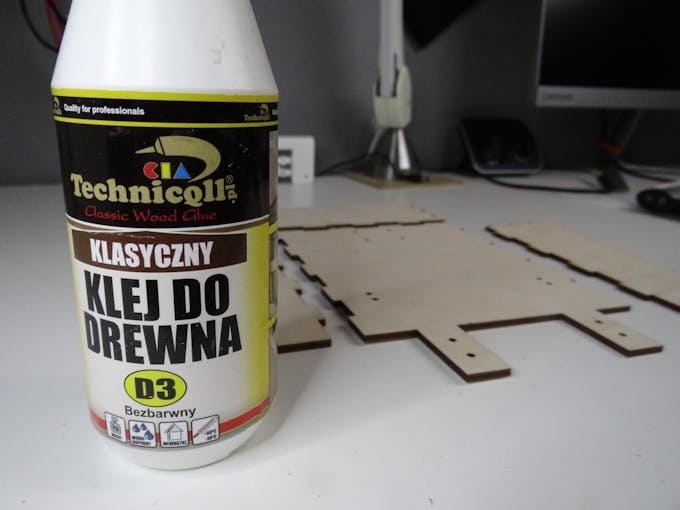 """klej do drewna"" = wood glue, that's in polish :)"