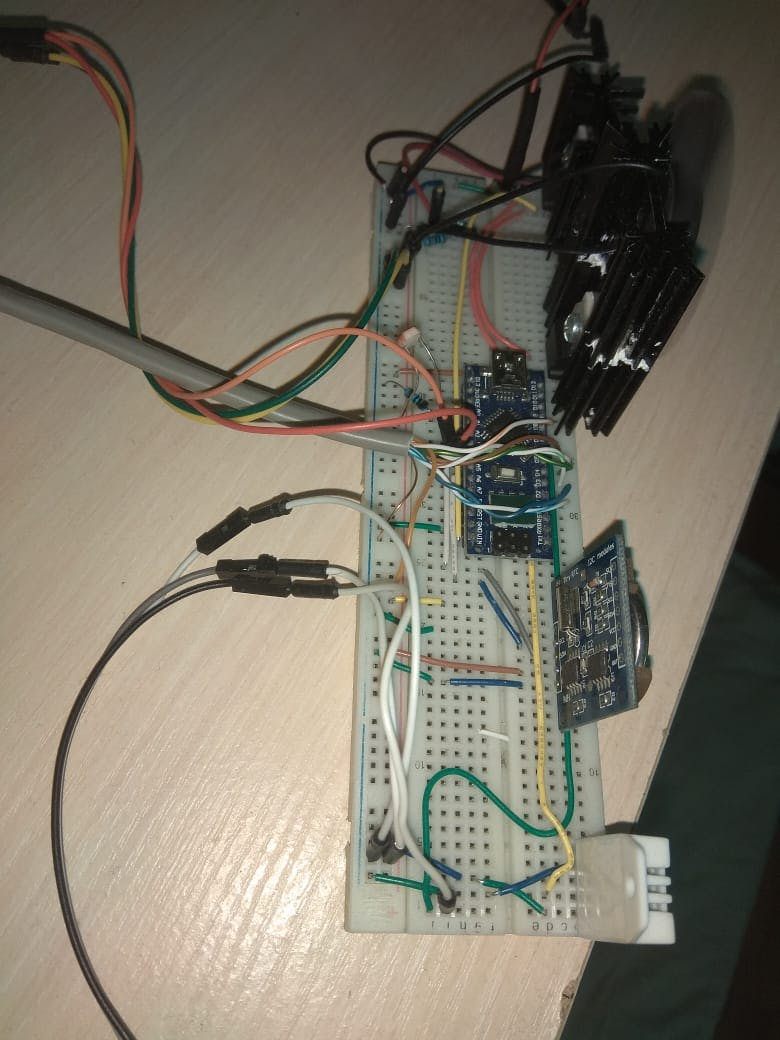The power supply with its radiators, Arduino, ligth sensor, temp sensor and clock
