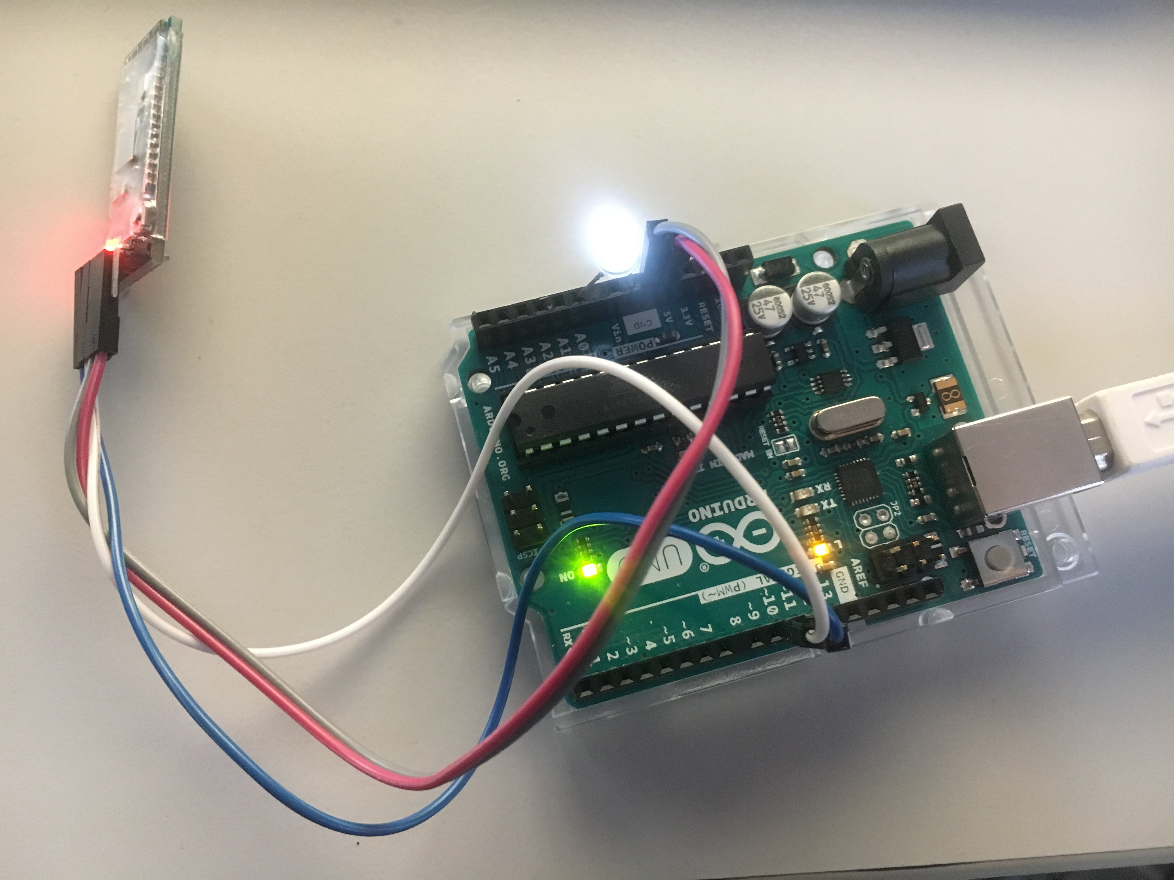 Arduino Uno mit BLE Modul HM-10 and white LED in A0