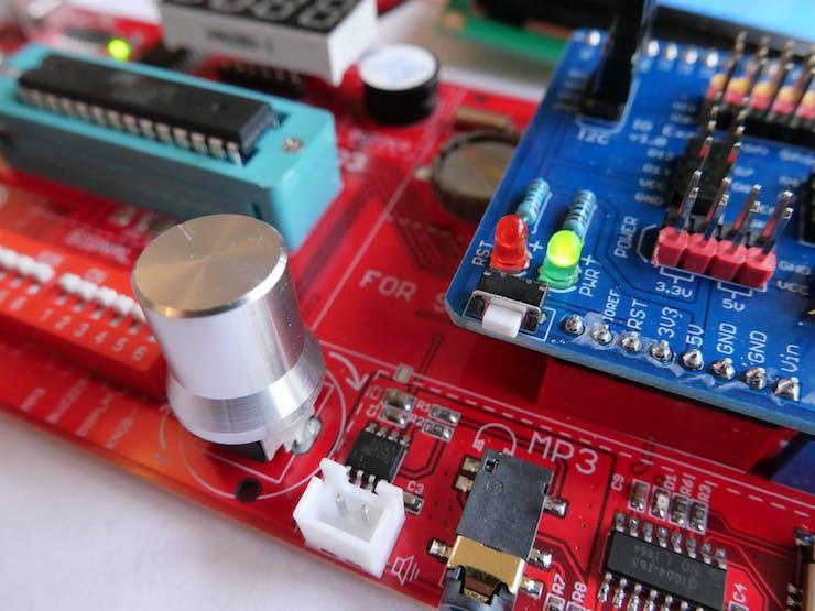 Closeup of the potentiometer knob on the Rich UNO R3 board
