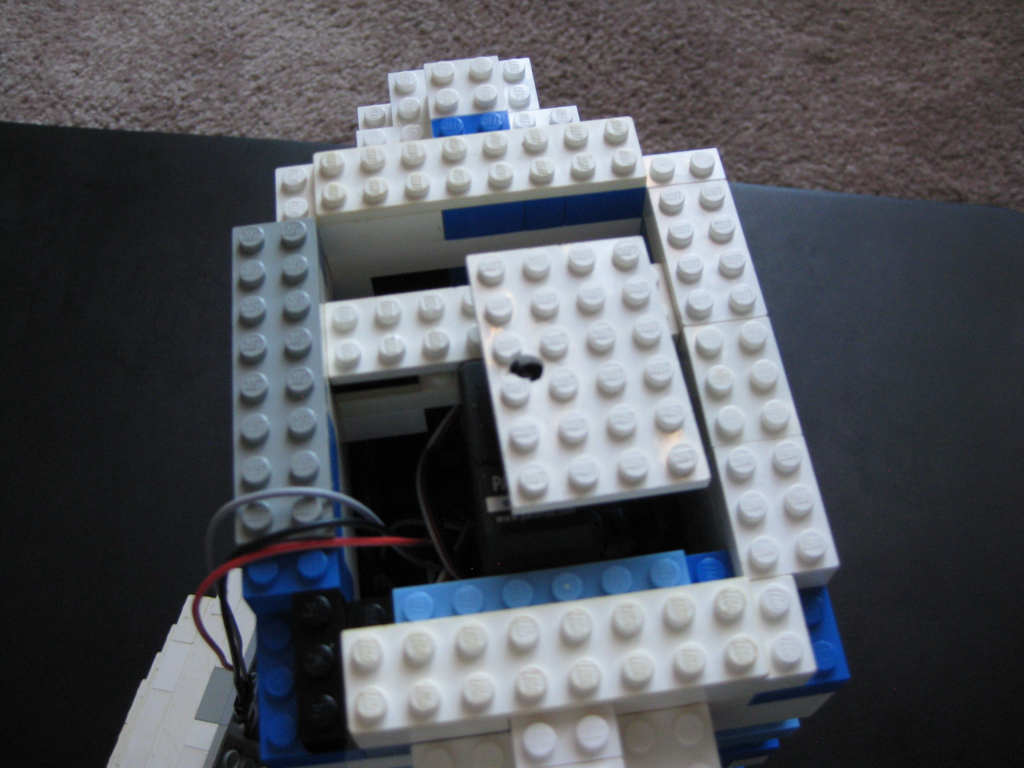 Head servo with horn with plate attached