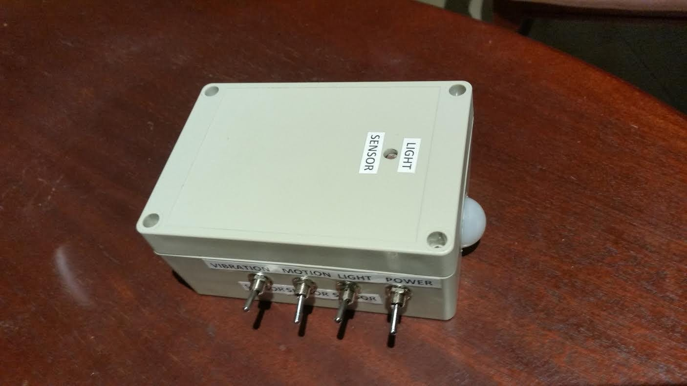 Top view of the box. Contains a LDR, Vibration sensor, PIR sensor and a power supply (9V battery).