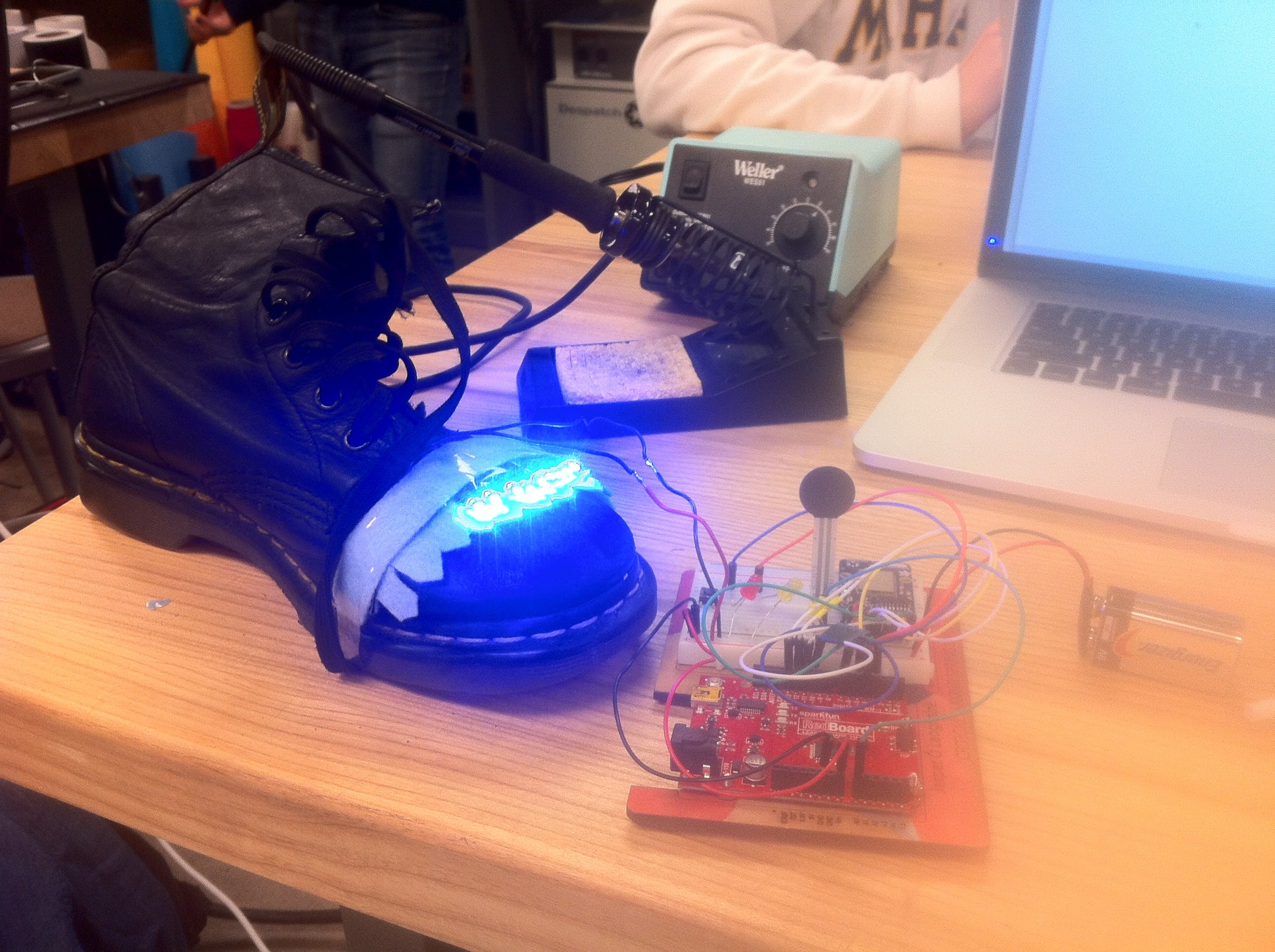 """The Arduino sends GET requests for the number of steps to be compared to """"steps"""" obtained from the force-sensitive resistor (black circle), and lights up the LEDs if the latter exceeds the former"""