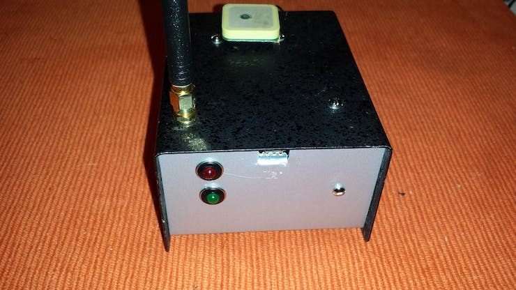 Front view of status LEDs, gsm and gps antenna